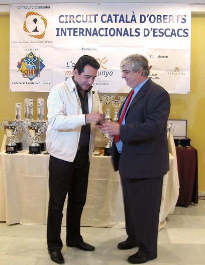 Alcalde_buena_recogiendo_trofeo